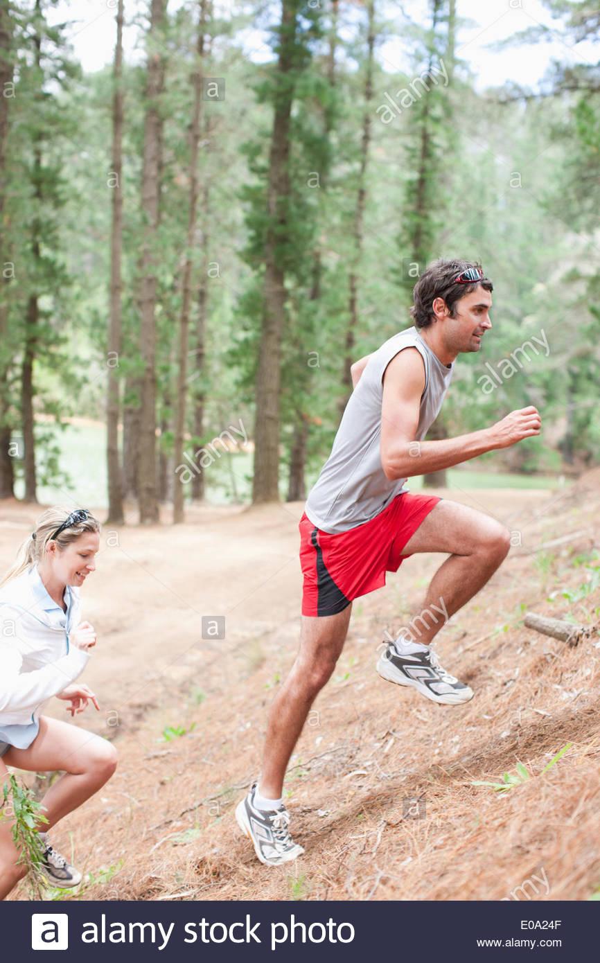 Paar klettern Hügel im Wald Stockbild