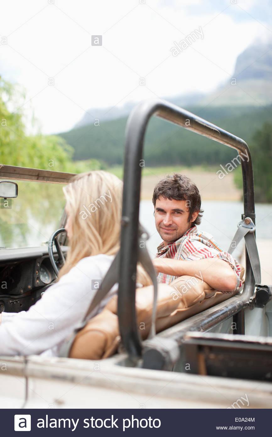 Paar, Reiten im Fahrzeug zusammen Stockbild