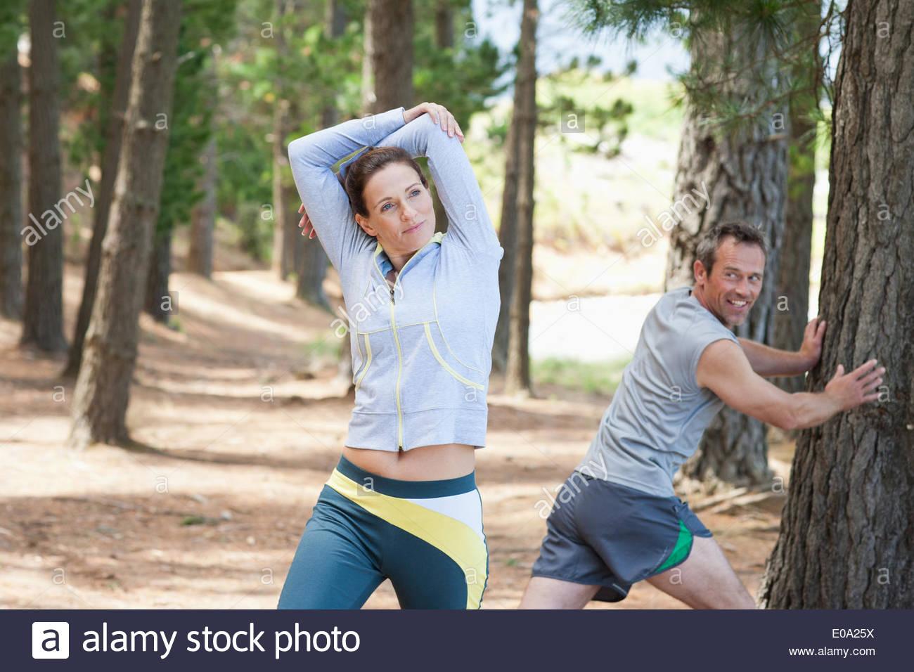 Frau, dehnen vor dem laufen im Wald Stockbild