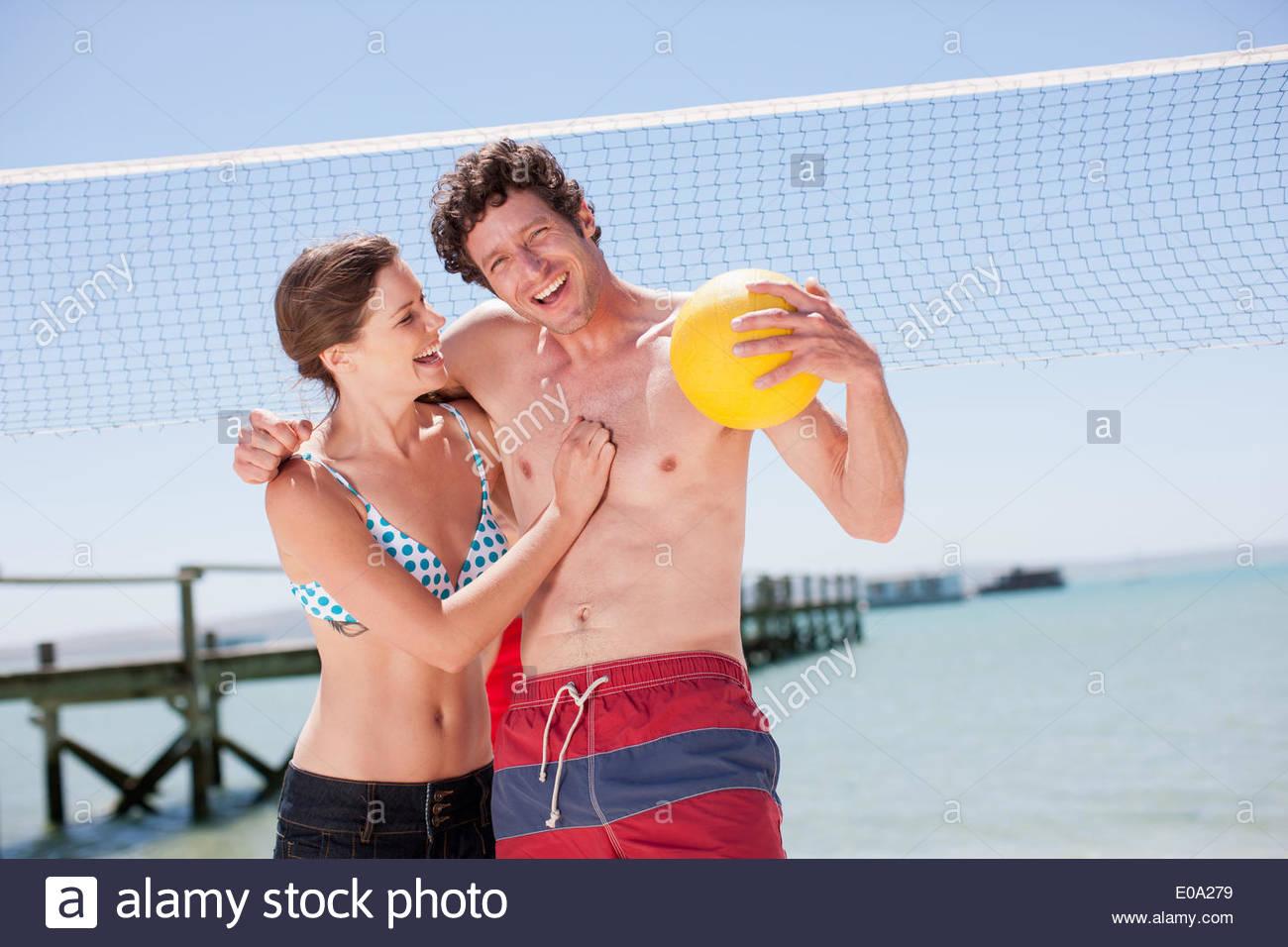 Freunde am Strand Volleyball spielen Stockbild