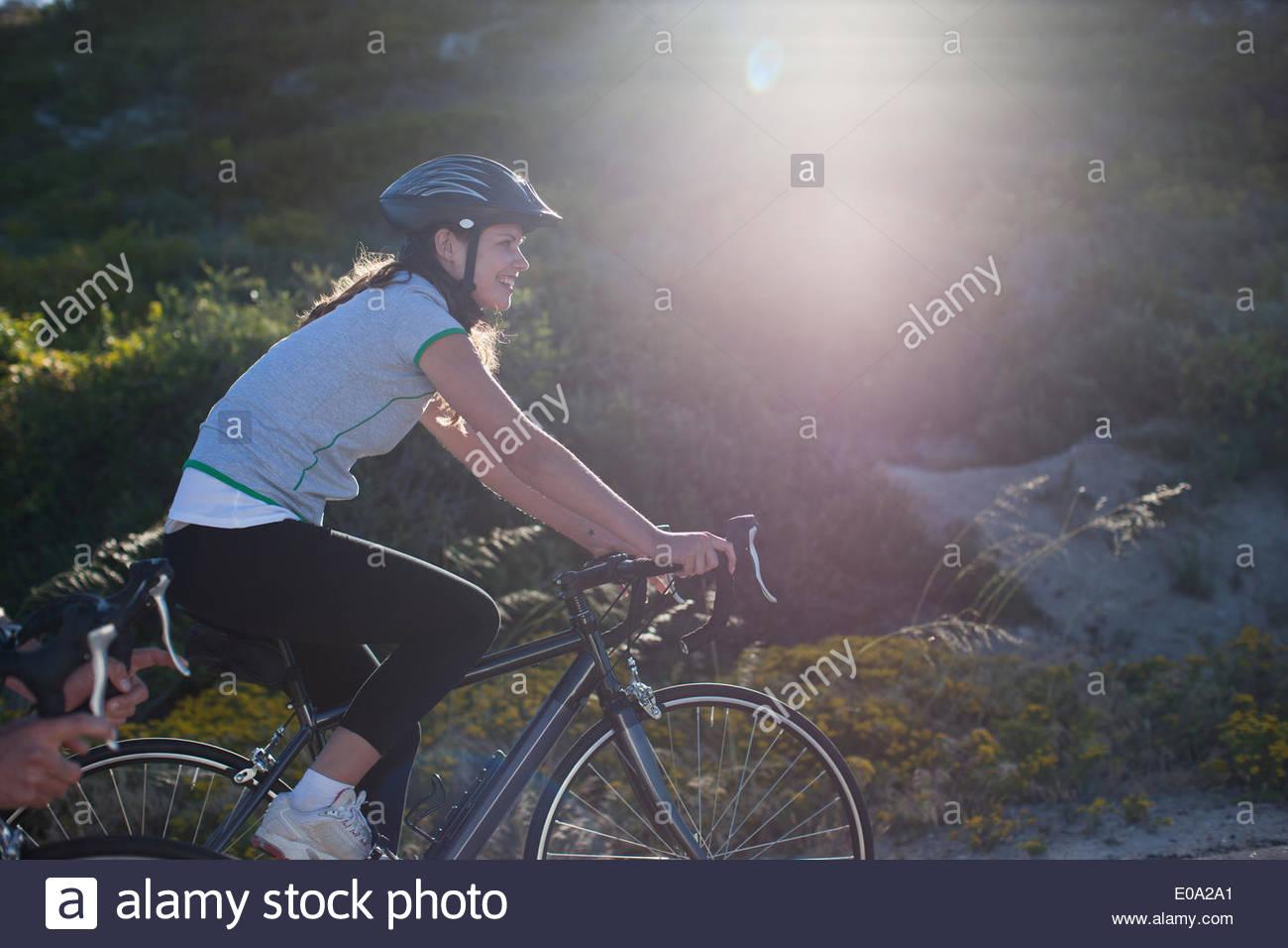 Frau-Radfahren in abgelegenen Gegend Stockbild