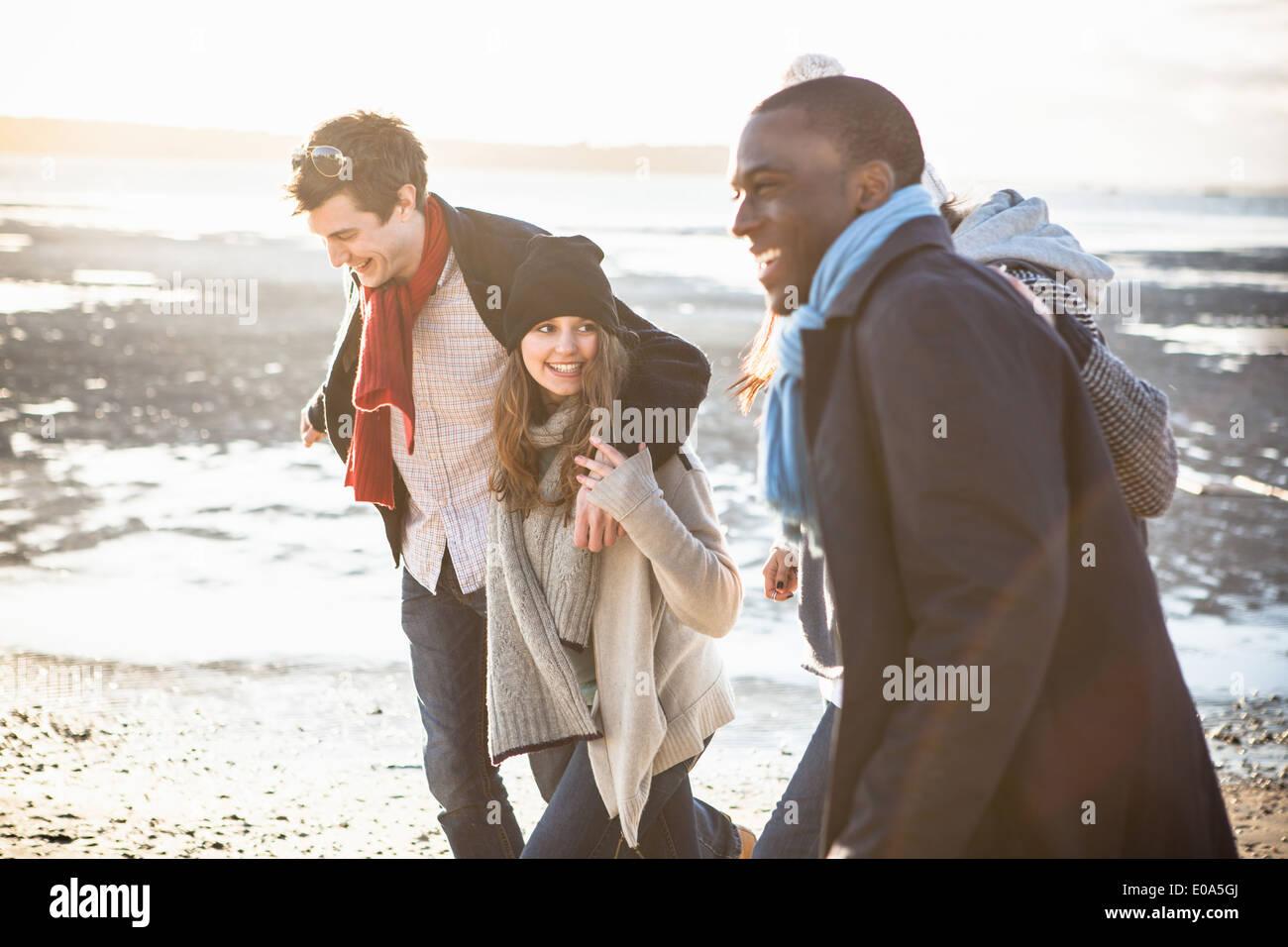 Zwei Erwachsene Paare, spazieren am Strand Stockbild