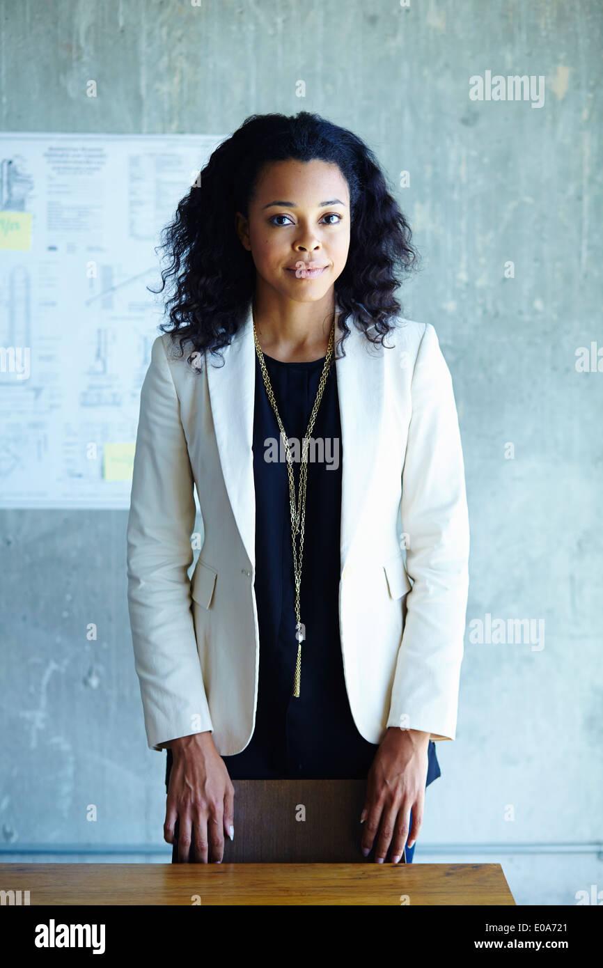 Porträt der ruhige junge Geschäftsfrau im Büro Stockbild