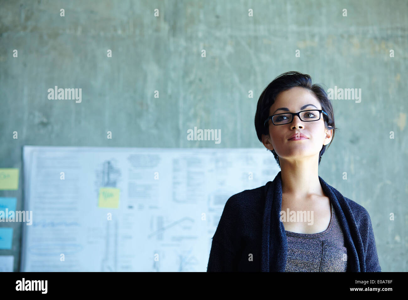 Porträt von Ernst junge Geschäftsfrau im Büro Stockbild