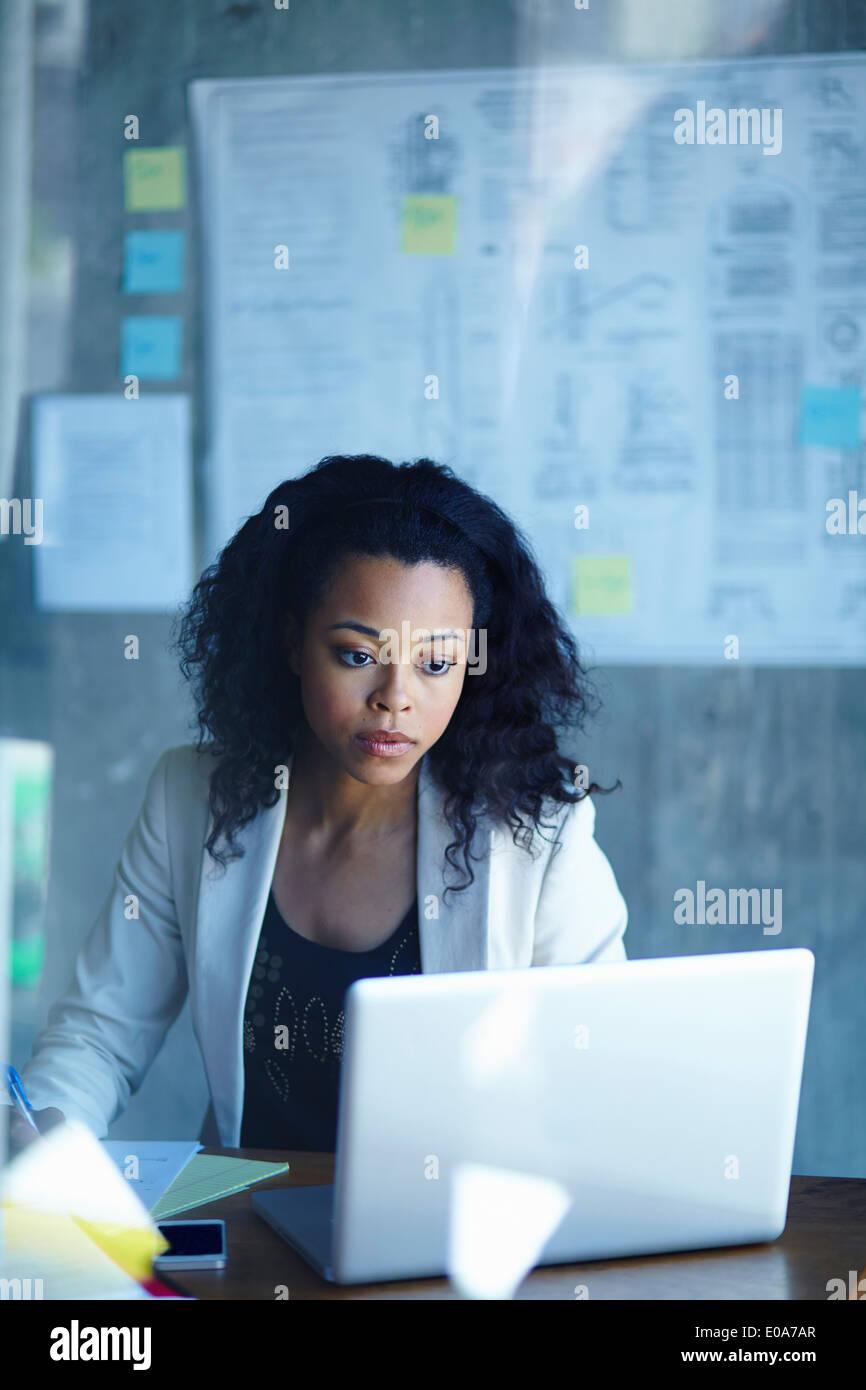 Junge Unternehmerinnen auf Laptop im Büro arbeiten Stockbild