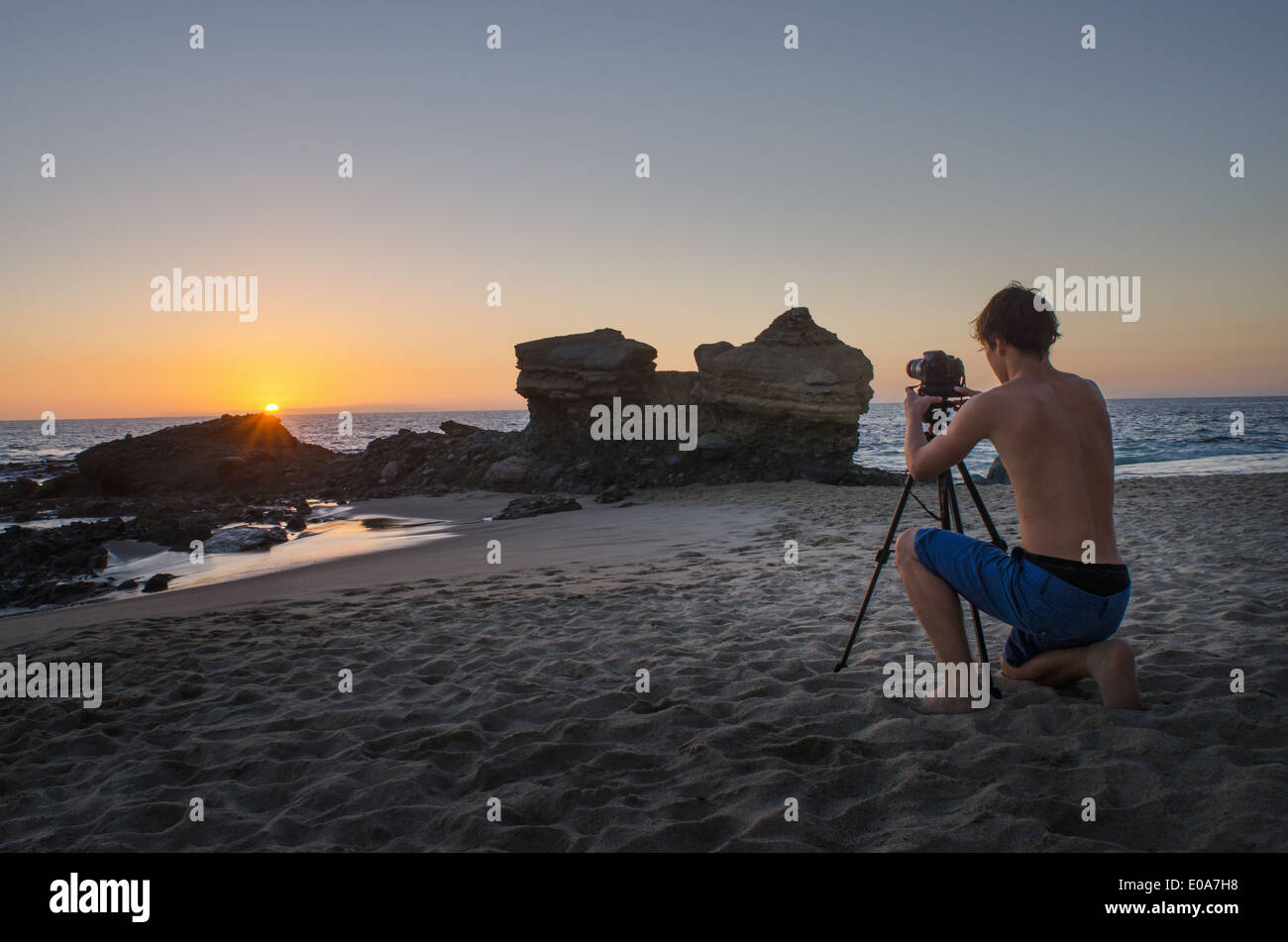 Teenager nehmen Fotos, Table Rock Beach, Laguna Beach, Kalifornien, USA Stockbild