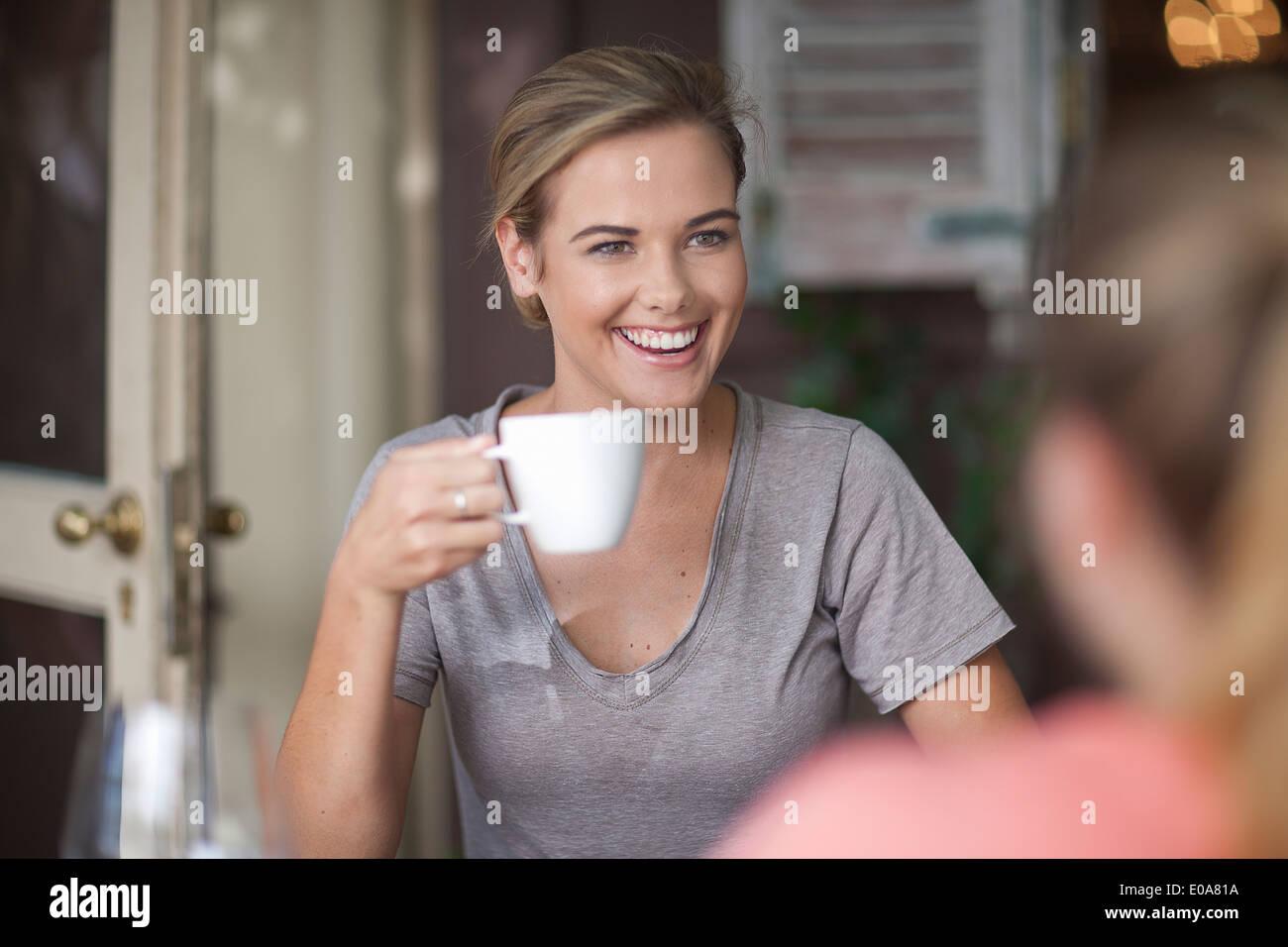 Zwei junge Erwachsene weibliche Freunde chatten im café Stockbild
