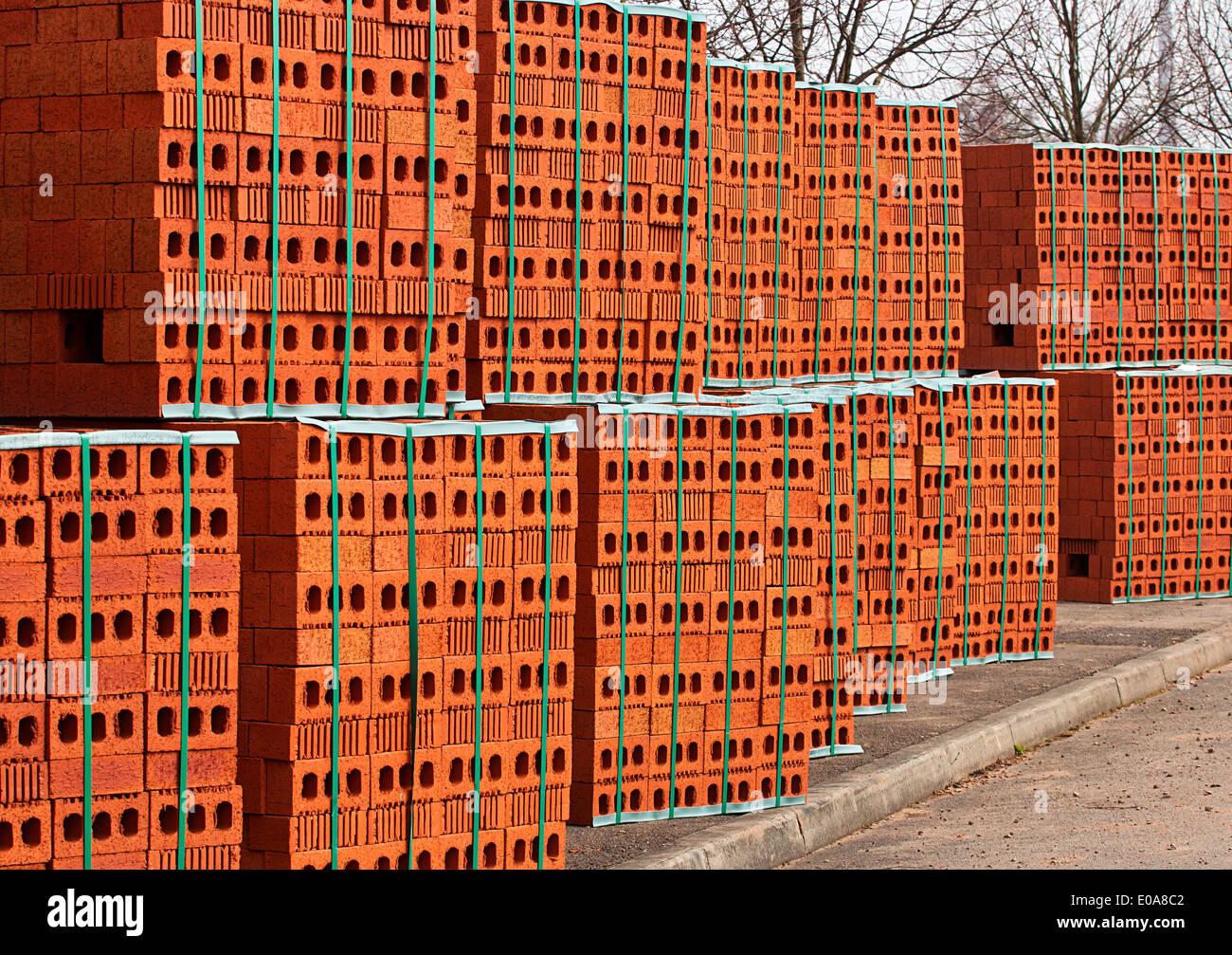 Lieferung von roten Ziegel ein beliebtes Baumaterial bereit für den Bau eines neuen Hauses von Bauherren Stockbild
