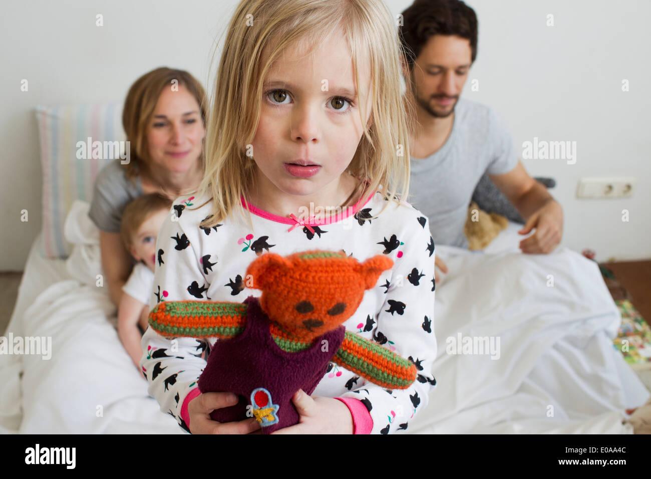 Porträt des mürrischen Mädchen auf ihrem Bett der Eltern Stockfoto