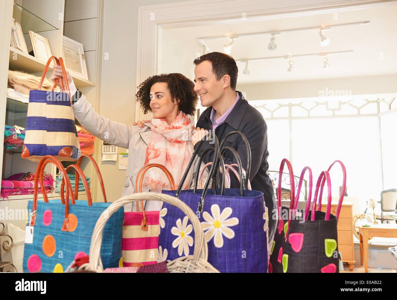 Paar Surfen Einkaufstaschen in einer boutique Stockbild