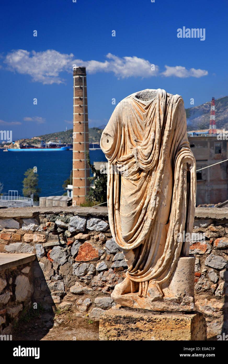 Antike griechische Statue auf der Werft von dem archäologischen Museum von Eleusis (Elefsina), Attika, Griechenland. Stockbild
