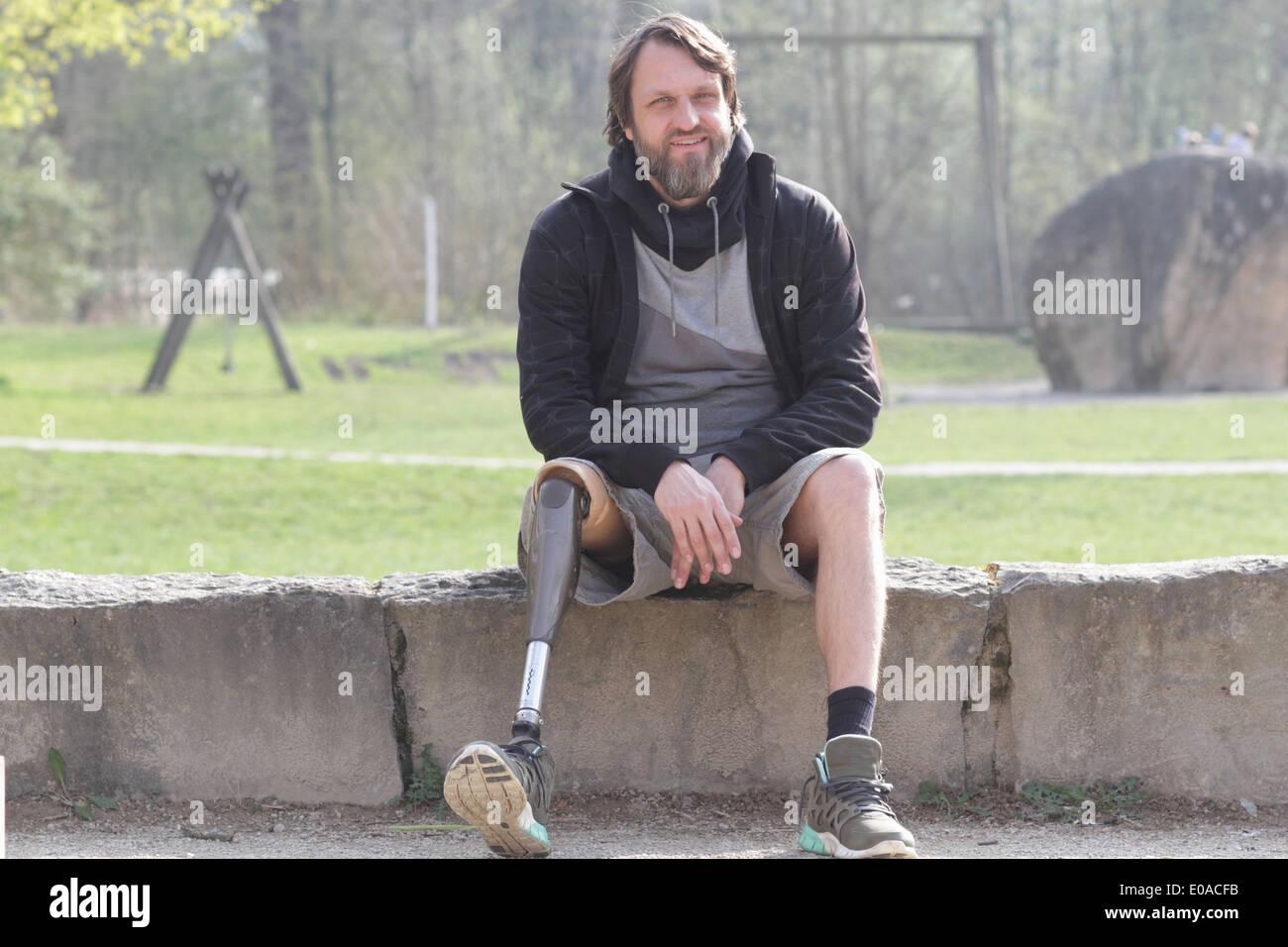 Porträt des Mannes mit Prothese Bein im park Stockbild