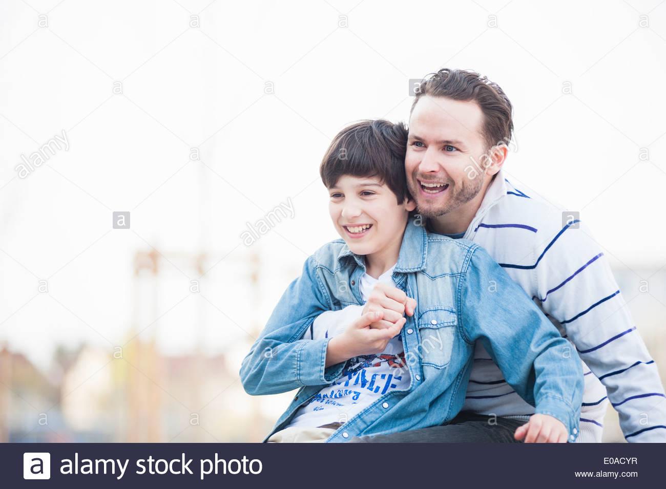 Vater und Sohn umarmt Stockbild