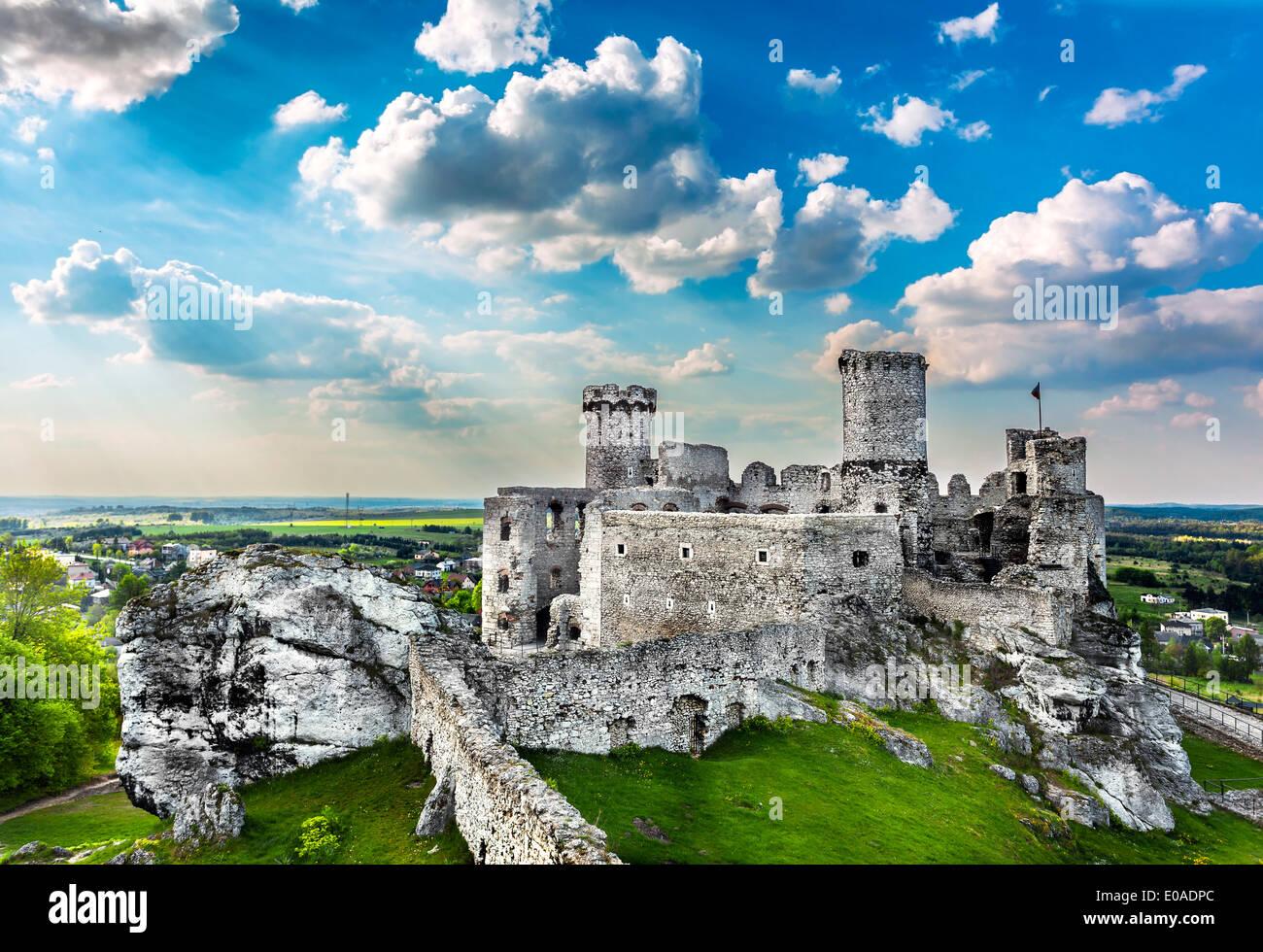 Ruinen einer Burg, Ogrodzieniec Befestigungsanlagen, Polen. Stockbild