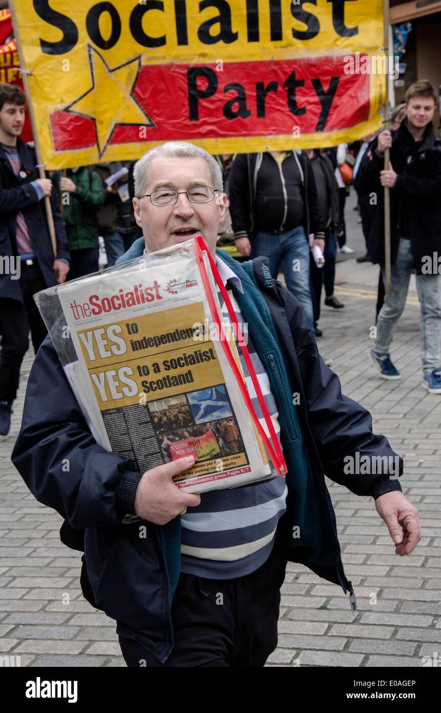 Ein Befürworter des Scottish Socialist Party marschieren bei einer Maikundgebung in Edinburgh. Stockbild