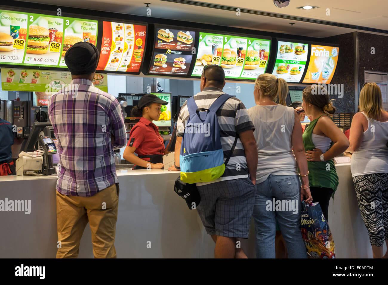 Sydney Australien NSW neue South Wales CBD zentralen Geschäft Bezirk Circular Quay McDonald's Restaurant Fastfood Theke bestellen Black Frau Teen gir Stockbild