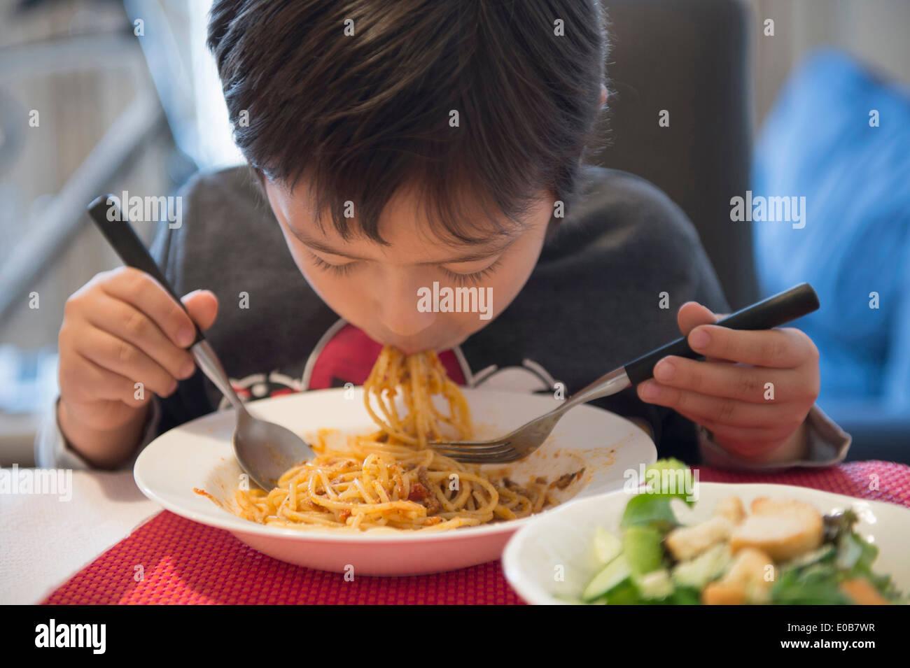 Junge, Spaghetti-Essen Stockbild