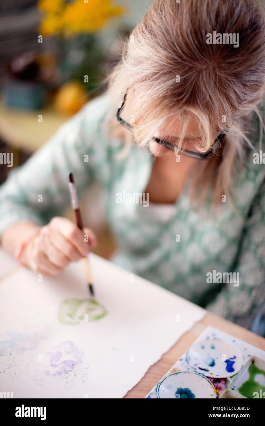 Der Reife Künstlerin Aquarellmalerei im Studio hautnah Stockbild