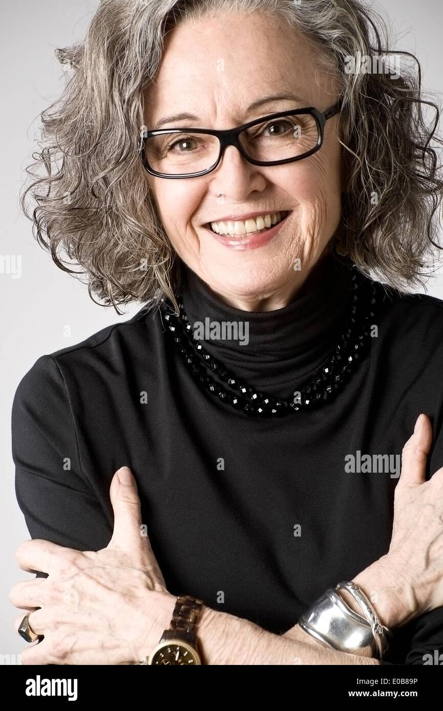 Porträt von senior Frau, verschränkten Armen Stockbild