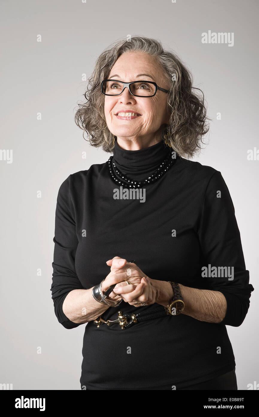 Porträt von senior Frau, nachschlagen Stockfoto