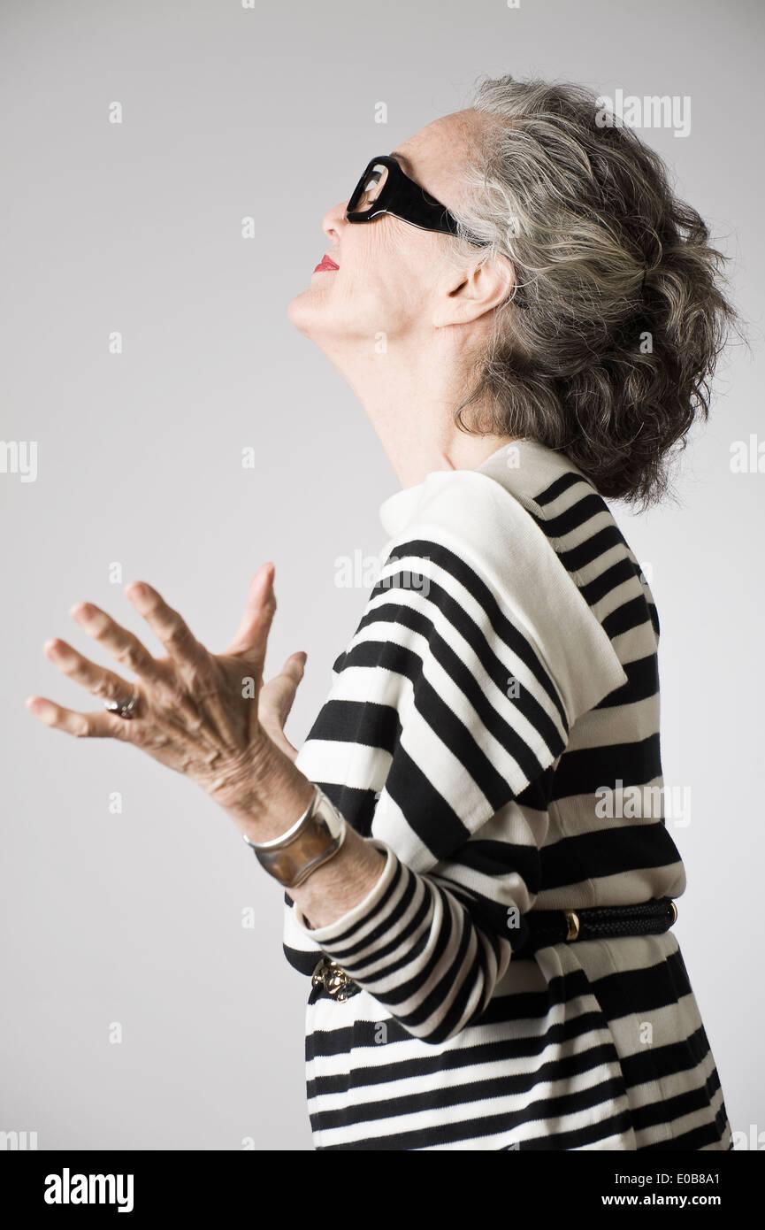 Porträt von senior Frau, offenen Armen, Seitenansicht Stockfoto