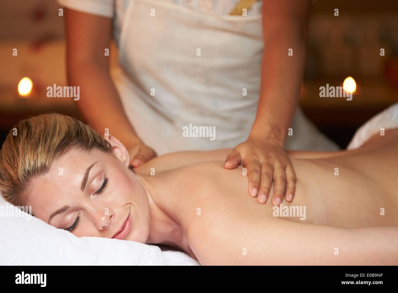 Frau, die Massage im Spa Stockbild