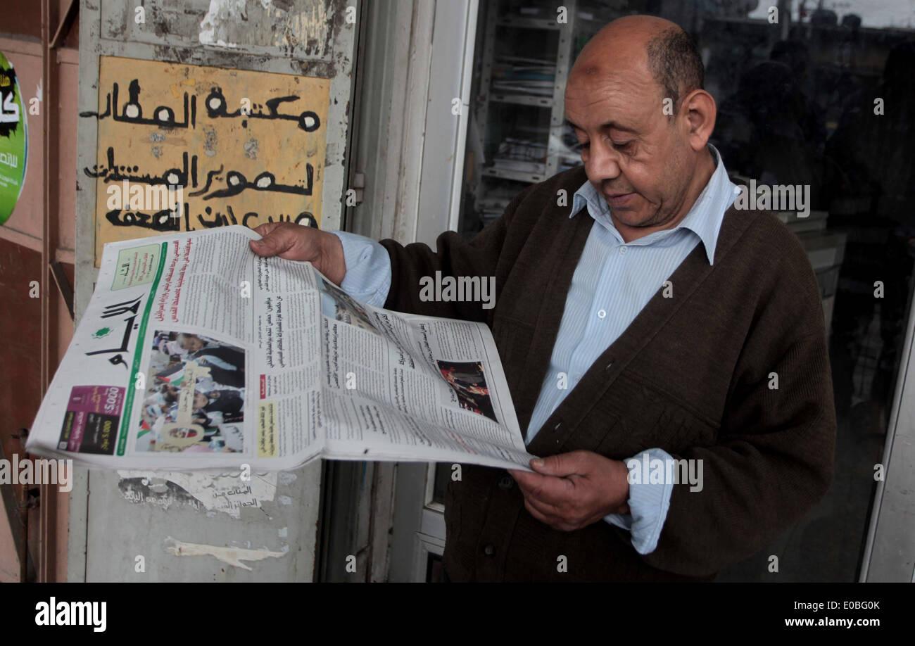 8. Mai 2014 - Deir Al-Balah, Gazastreifen, Palästina - liest ein palästinensischer Mann eine Kopie der palästinensischen Al-Ayyam Zeitung in Deir al-Balah im Zentrum von Gaza-Stadt, am 8. Mai 2014. Die palästinensischen Tageszeitung, bearbeitet und gedruckt in der Westbank-Stadt Ramallah, wurde durch die Hamas erlaubt, im Gaza-Streifen zum ersten Mal in sieben Jahren, nachdem der islamistischen Bewegung und der Westen unterstützte palästinensische Autonomiebehörde ein Versöhnungsabkommen Überraschung am 23. April im Rahmen eines Angebots unterzeichnet bis Ende Jahre bitter und irgendwann blutige Rivalität (Credit Bild verteilt werden : © Ashraf Amra/A Stockfoto