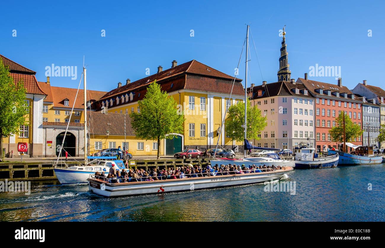 Ein Ausflugsschiff in Christianhavns Canal, Christianshavn, Kopenhagen, Dänemark Stockbild