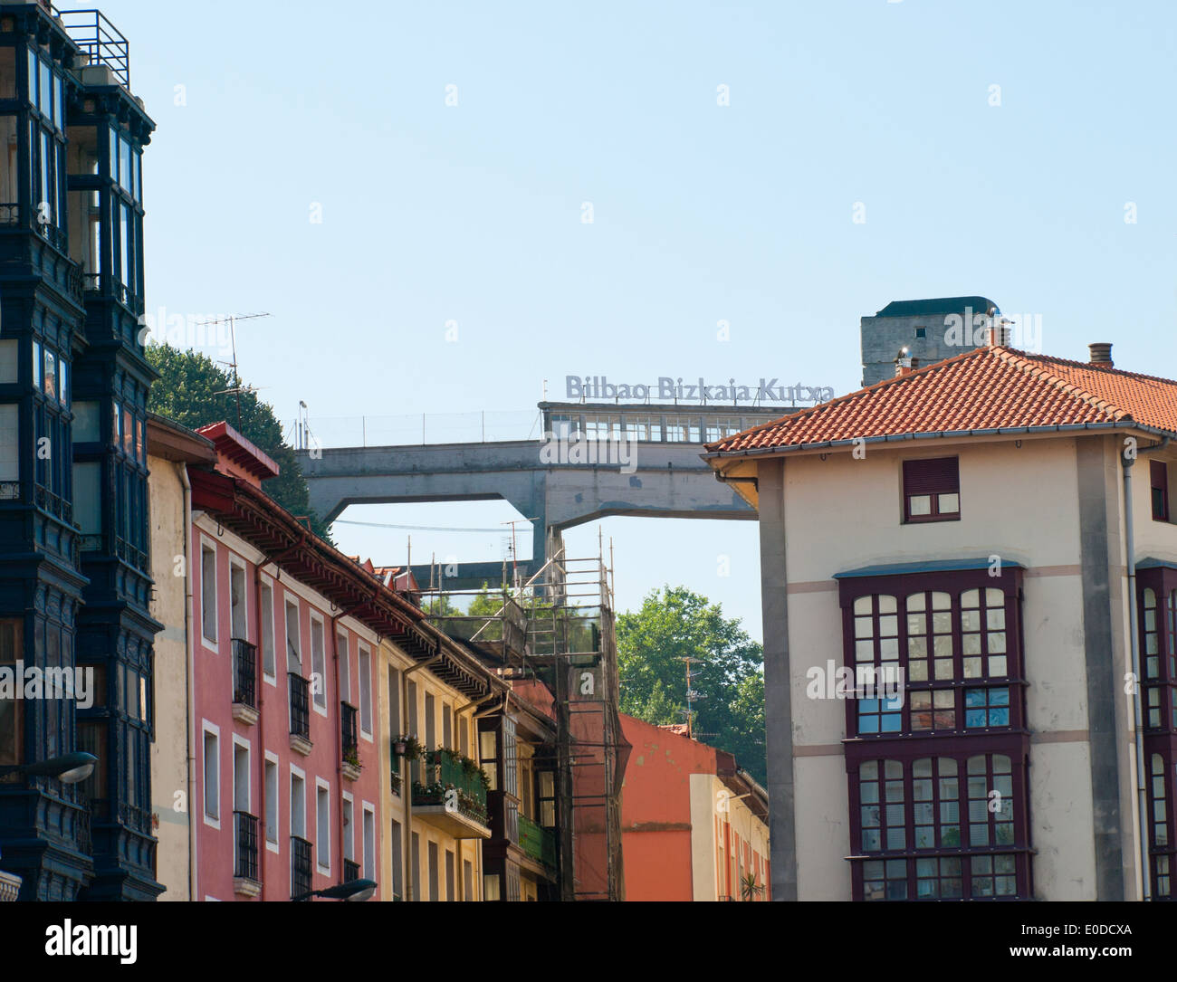 Die bunten Gebäude der Itxaropen Kalea, Casco Viejo (Altstadt), Bilbao, Spanien. Bilbao Bizkaia Kutxa Zeichen in der Ferne. Stockbild