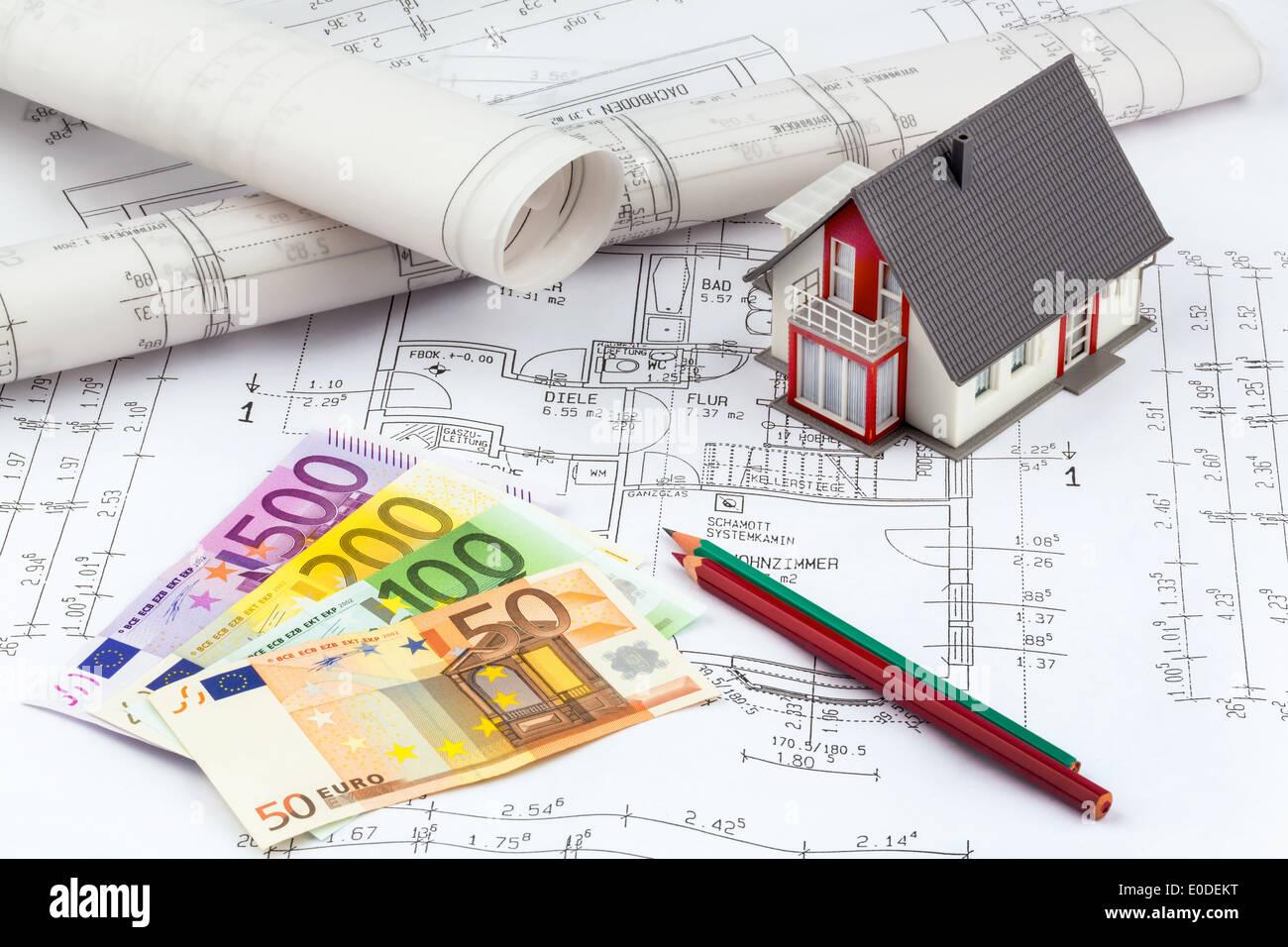 Banknoten Der Euro Währung Liegen Auf Einen Hausplan, Geldscheine Von Euro  Waehrung Stück Auf Einem