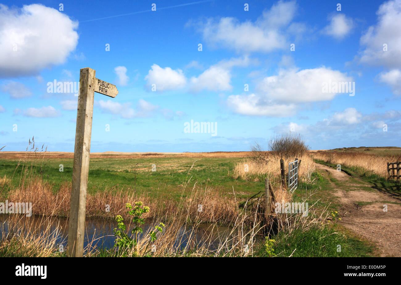Ein Finger Post und öffentlichen Fußweg über Weiden Sümpfe zum Meer bei Salthouse, Norfolk, England, Vereinigtes Königreich. Stockbild