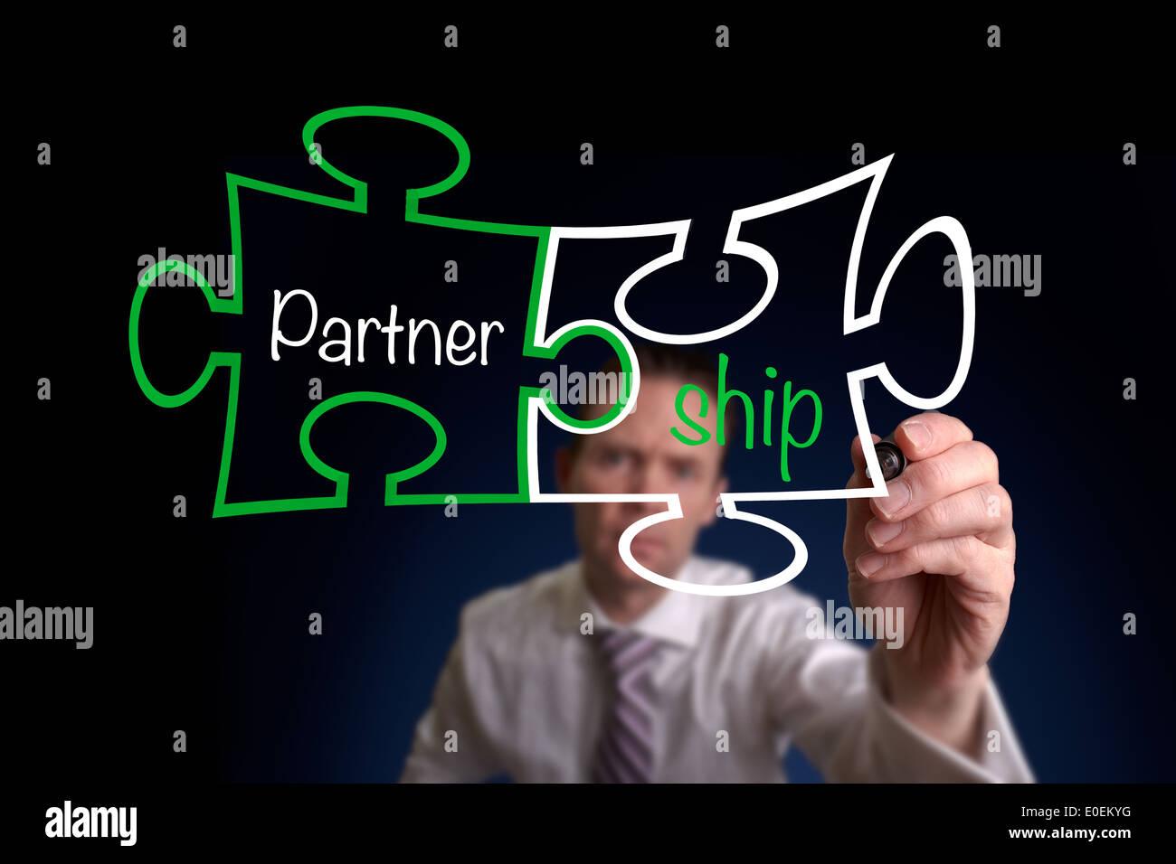 Ein Geschäftsmann, ein Partnerschaftskonzept Puzzle zeichnen. Stockbild