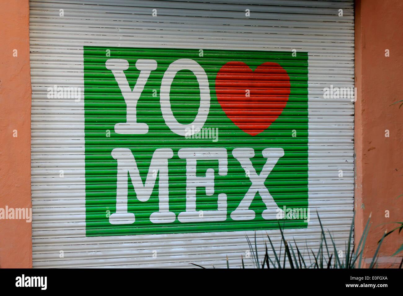 Zeichen auf Metall Garagentor bereitet 'Yo Amo Mex' gemalt gesehen in La Condesa, Mexiko City, DF, Mexiko Stockbild