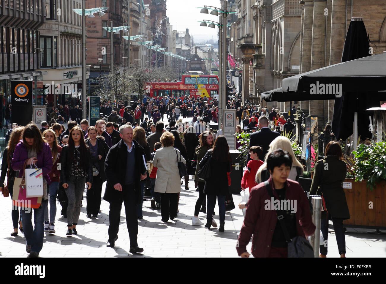 Ansicht Süd, Passanten in der Buchanan Street in Glasgow City Centre, Schottland, UK Stockbild