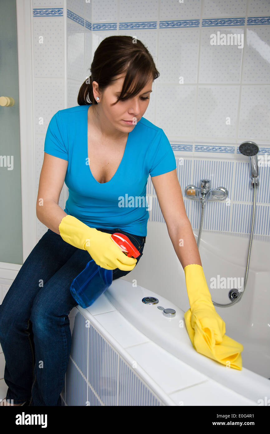 bad reinigung arbeit frau stockfoto bild 69196485 alamy. Black Bedroom Furniture Sets. Home Design Ideas