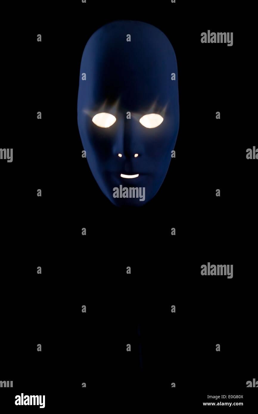 eine beleuchtete gruselige Maske Stockbild