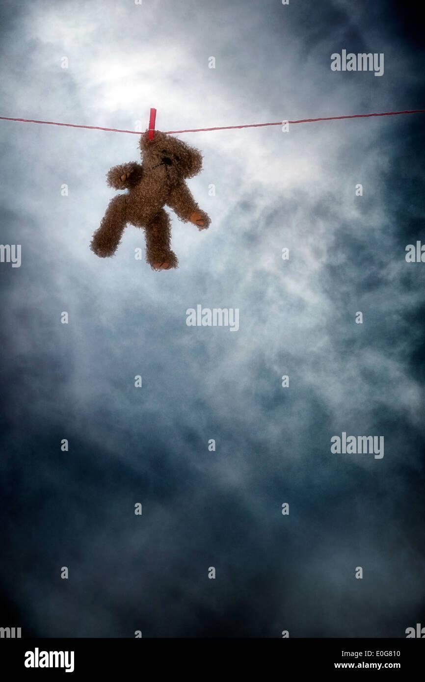 ein Teddybär auf einer Wäscheleine Stockbild