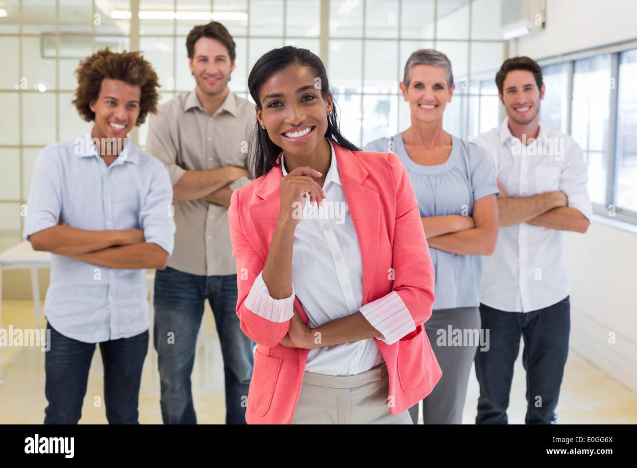 Gut gekleidete Arbeiter mit verschränkten Armen in die Kamera Lächeln Stockbild
