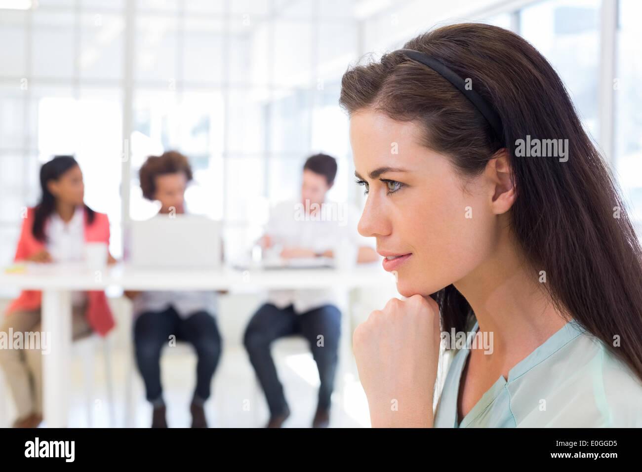 Attraktive Geschäftsfrau wird nachdenklich Stockbild