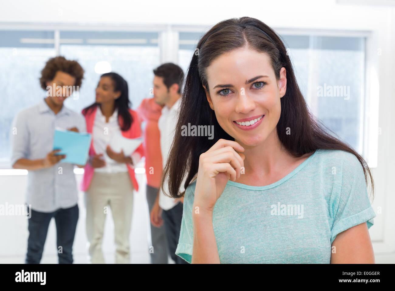 Lässige Geschäftsfrau lächelnd in die Kamera Stockbild
