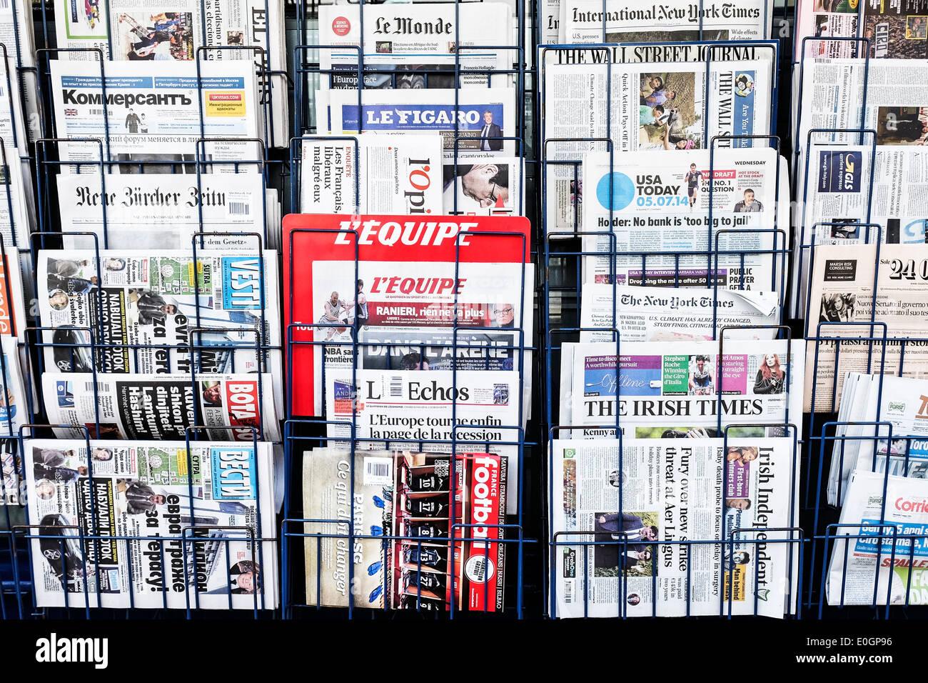 Ausländische Zeitungen in einem Rack. Stockbild