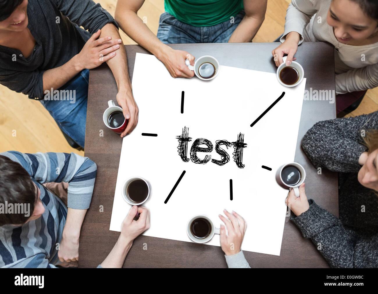 Test auf Seite mit Menschen an Tisch Kaffee trinken Stockfoto