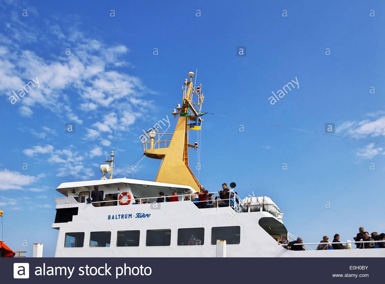 Passagiere für Insel Baltrum, einer der ostfriesischen Inseln an der Nordseeküste Deutschlands gebunden Stockbild