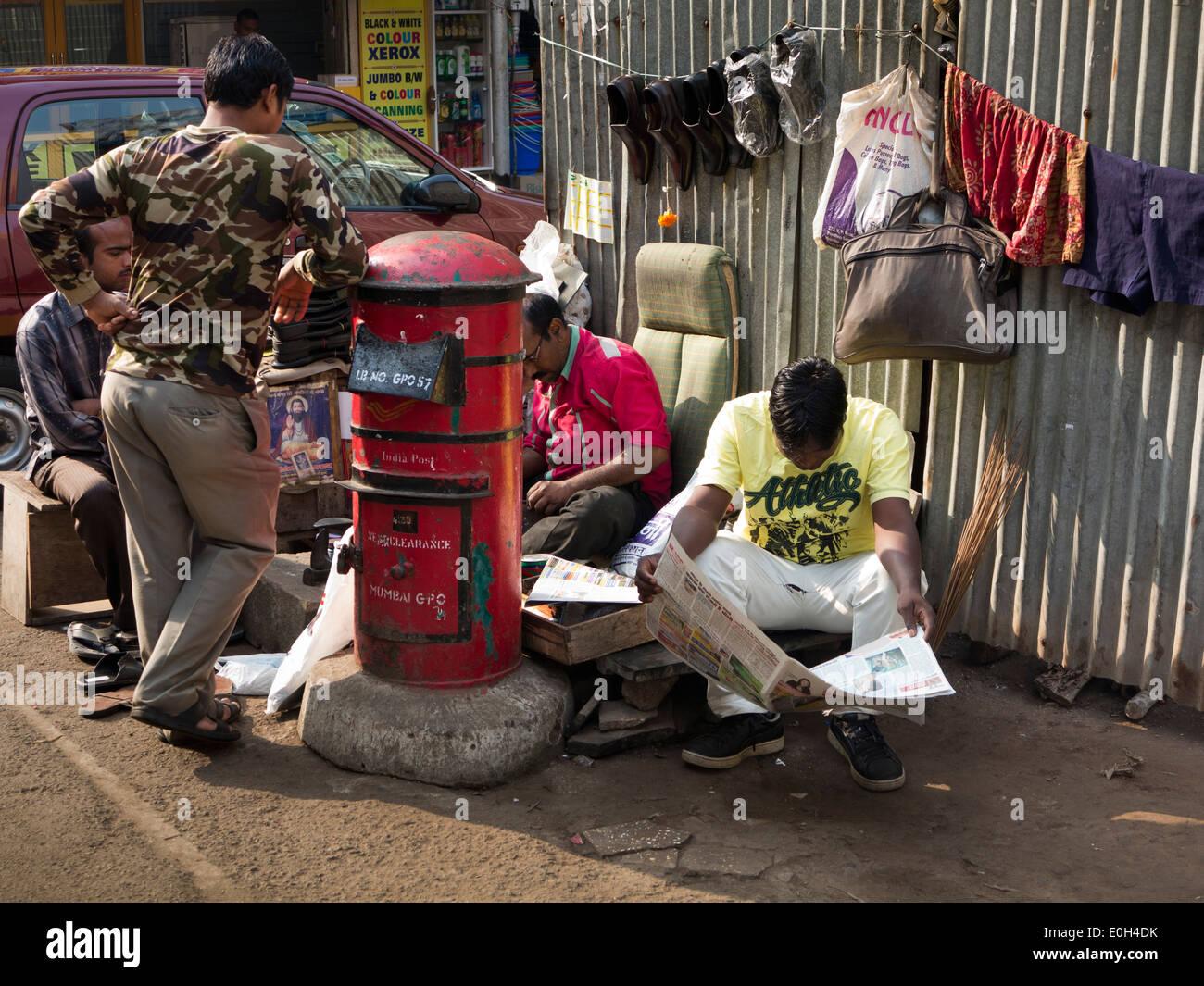 75c0a881919c Indien, Mumbai, Fort Bezirk Männer lesen Zeitungen während am Straßenrand  Schuh Heilkundiger Reparaturen Schuhe