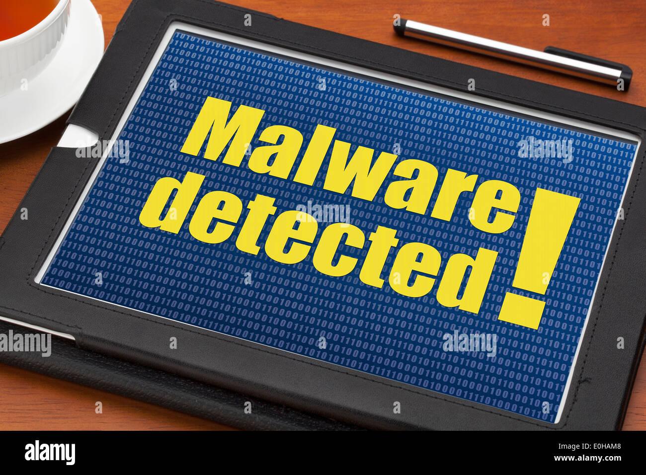 Malware erkannt Warnung auf einem digitalen Tablet mit einer Tasse Tee Stockbild