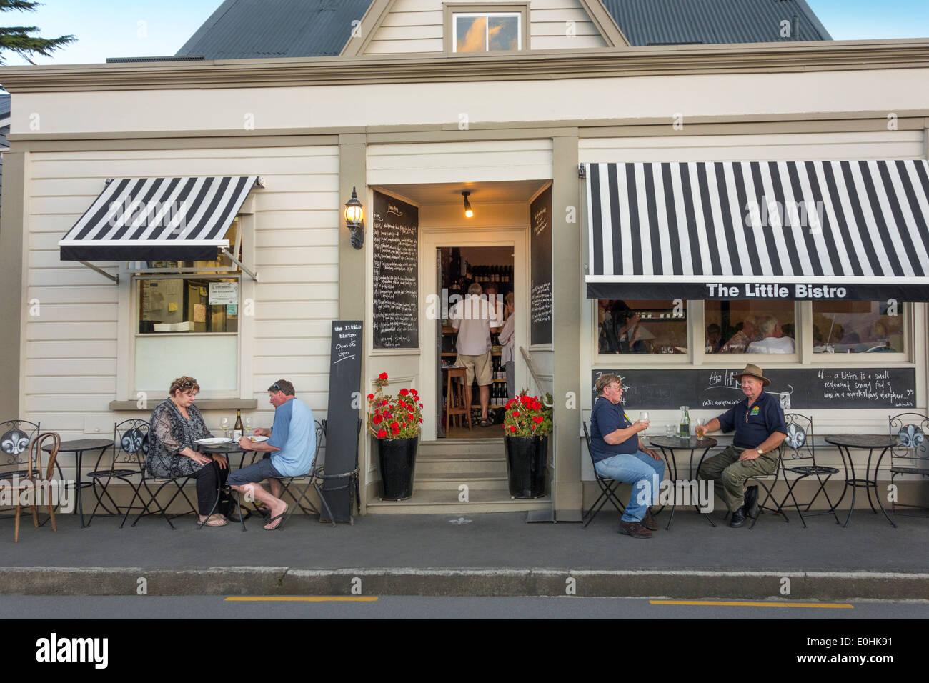 Akaroa Neuseeland das kleine Bistro beste französische Restaurant in der Nacht mit Kreuzfahrt-Passagiere Essen Stockbild