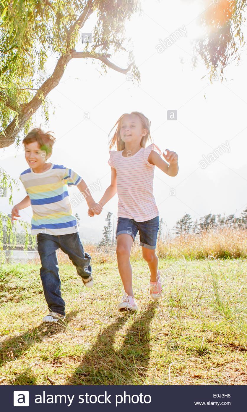Kinder haben Spaß In Landschaft Stockbild