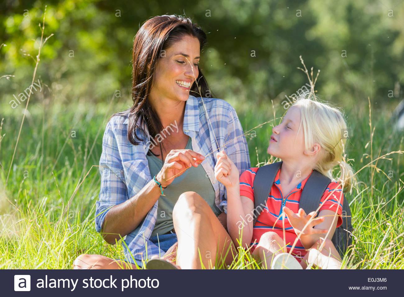Mutter und Tochter, die Spaß am Landschaft wandern Stockbild