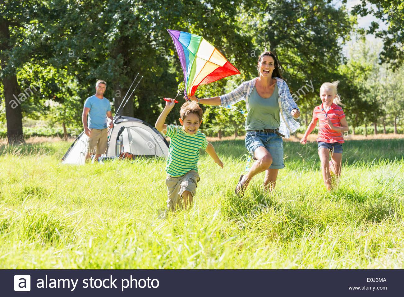 Familie fliegen Kite Camping Urlaub In Natur Stockbild