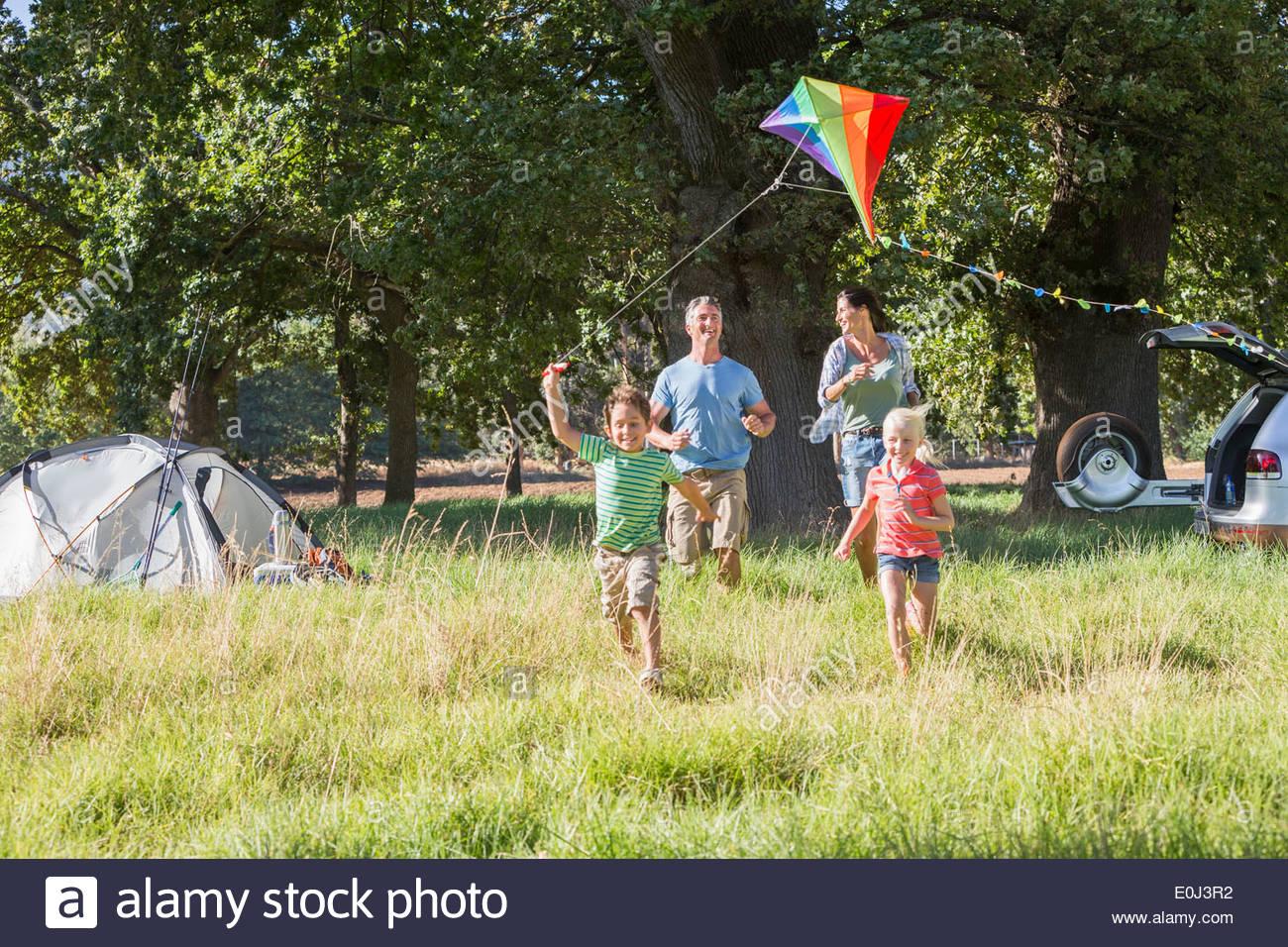 Familie Drachen auf Campingurlaub In Landschaft Stockbild